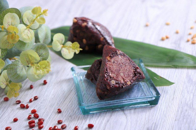 紫米紅豆粽,精選屏東萬丹紅豆製成內餡,並使用富含花青素的紫米,加上松子與桂圓肉所...