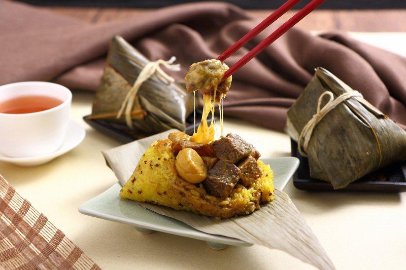 葡式咖哩和牛粽,嚴選和牛臉頰部位,以葡式咖哩醬與新鮮時蔬滷製,搭配起司及雞腿菇,...