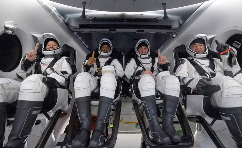 在太空待了近半年的四名太空人華克(左起)、葛洛佛、霍普金斯和日籍太空人野口聰一,日前順利返抵地球。法新社