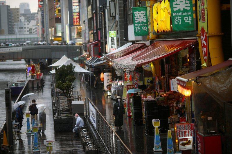 基於大阪府內醫療體制狀況持續嚴峻及疫情難以控制,決定籲請中央政府再度延長原訂5月31日要解除的「緊急事態宣言」。 路透社