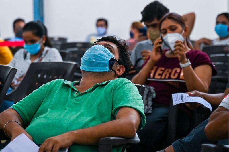 印度新冠疫情持續延燒,確診人數屢創新高。 法新社