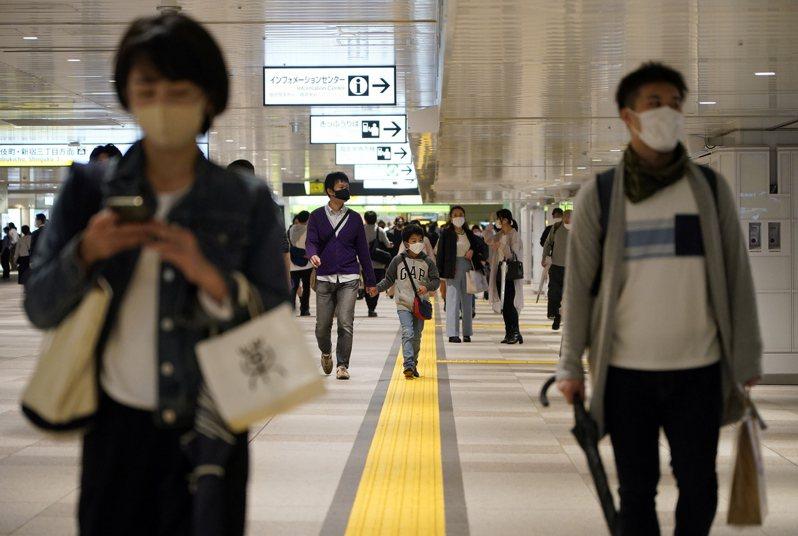 日本政府今天決定,東京都、大阪府等4都府縣實施的中央層級「緊急事態宣言」解禁日從5月11日延長到5月31日。 歐新社