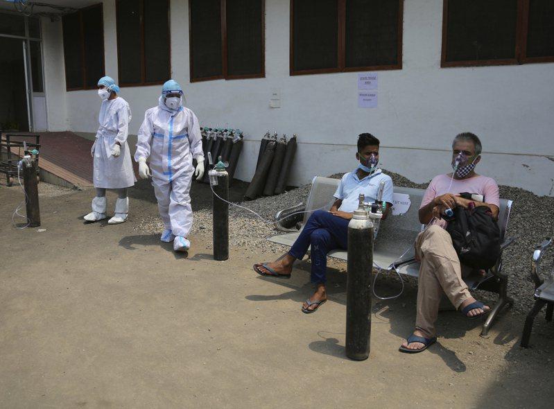 印度新冠肺炎疫情持續惡化,昨天單日新增病例持續突破41萬例,且單日死亡人數也逼近4000人;在疫情快速惡化下,印度各地缺乏氧氣供應、藥物及病床,即使中央政府宣稱已經儘快調配,仍無法解決。 美聯社