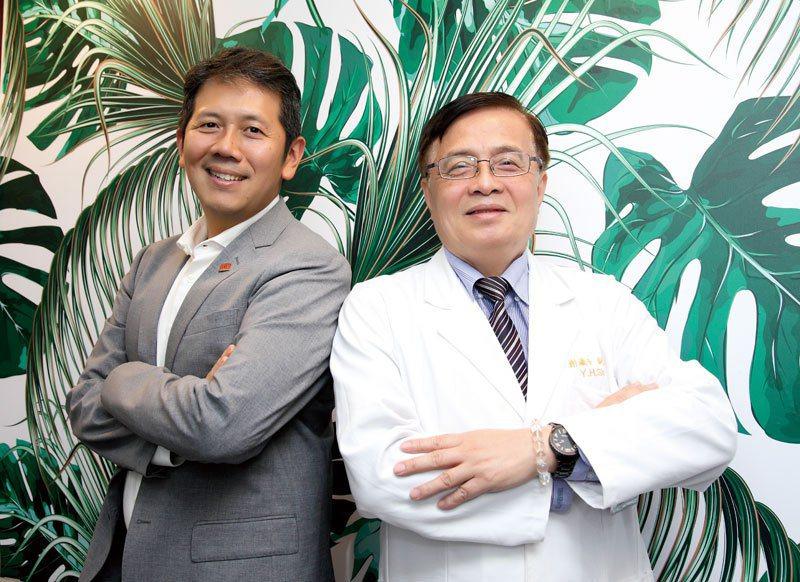 感佩謝瀛華院長服務社區的用心,趙俊凱(左)決定一起努力重建泰安醫院。