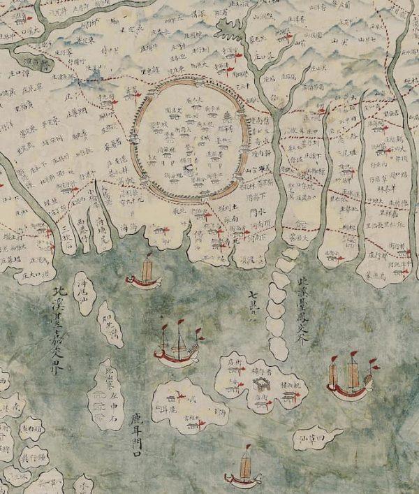 臺南曾有一座名為臺江內海的大潟湖。在19世紀臺灣輿圖中,依然可見水域輪廓與舟楫往來的形象。(圖/國立臺灣歷史博物館)