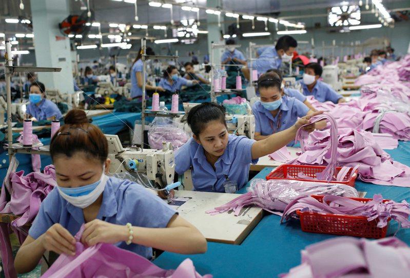 美國前總統川普宣稱關稅能將製造業回流美國,但效果遠遠不如預期。圖為越南成衣工廠。路透