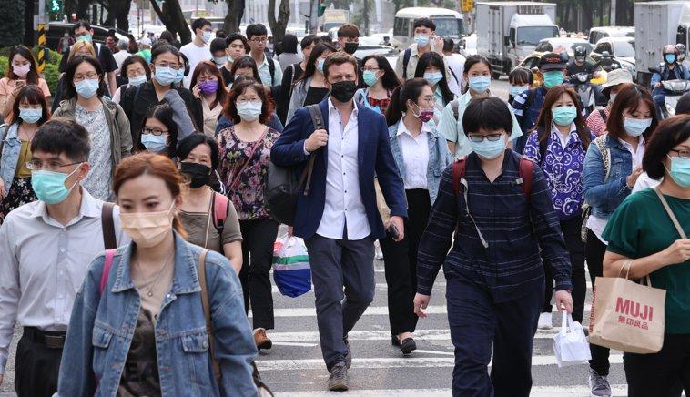 疫情緊繃,民眾出入捷運站、轉運站及百貨公司等場所,幾乎都戴上口罩。記者曾學仁/攝...
