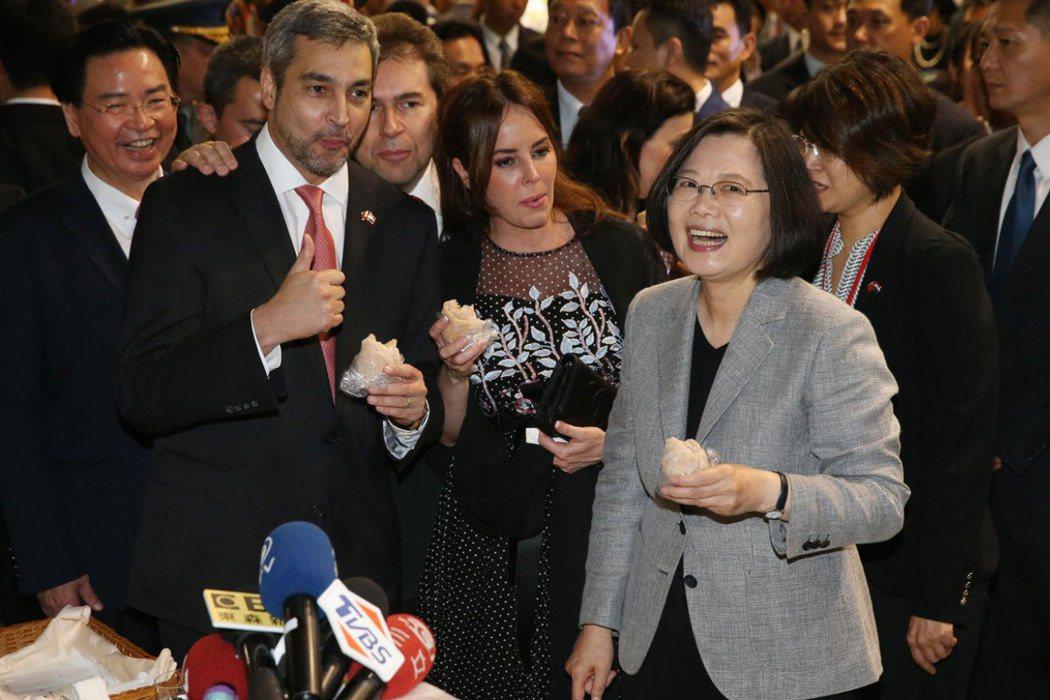 今年3月,巴拉圭出現「棄台挺中」換取疫苗的聲浪。圖為巴拉圭總統阿布鐸(前左)20...