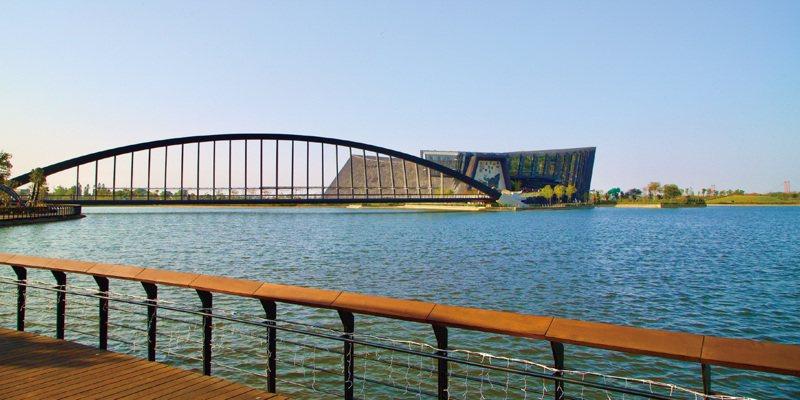 國內遭逢半世紀以來最嚴重的旱象,故宮南院兩座人工湖水位雖下降,但透過不同高層上下湖水位調節,平時收集雨水回收利用,讓景觀湖美麗如常。圖/故宮南院提供