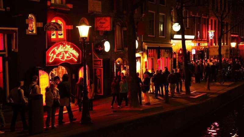 荷蘭首都阿姆斯特丹「紅燈區」是合法性交易區,也是當地熱門景點、遊人如織,阿姆斯特...