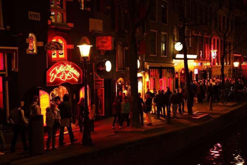 荷蘭首都阿姆斯特丹「紅燈區」是合法性交易區,也是當地熱門景點、遊人如織,阿姆斯特頒市長年初曾提議將紅燈區遷至他處,並計畫建立一座5層樓高的「色情中心」,為性工作者提供更好的環境。截自推特