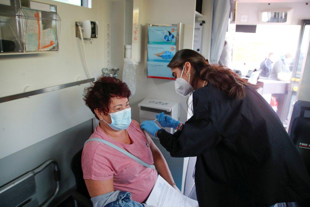 德國政府6日發表聲明稱,反對放棄新冠肺炎疫苗專利的保護。路透