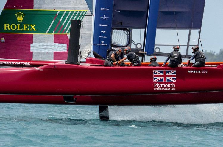 比賽統一使用的F50雙體船搭載水翼系統,最高速可超過50節,相當時速100公里,...