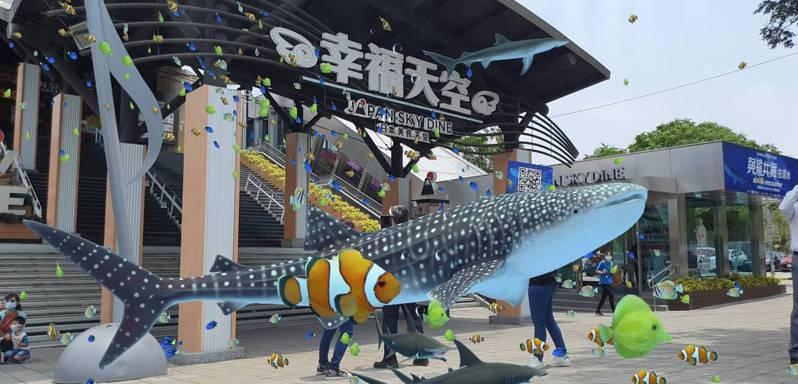 高公局與新東陽攜手於國道清水服務區舉辦5GxAR大型戶外表演秀-「shARk encounter 與鯊共舞在清水」。  圖/高公局提供