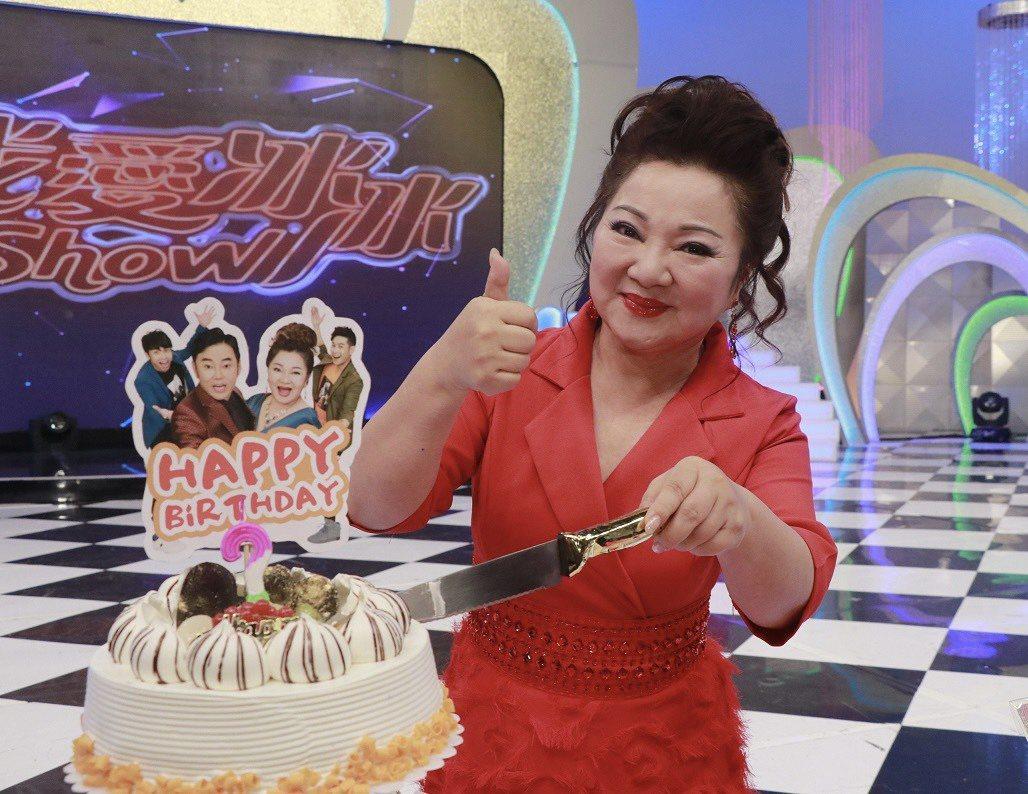 白冰冰開心切下生日蛋糕。圖/中視提供