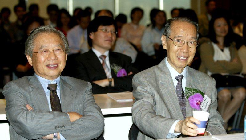 白培英(右)擔任財政部長僅4個月,民國82年2月28日起回鍋中國商銀任董事長,民國86年後出任中原大學董事長,直到去世。圖/聯合報系資料照片
