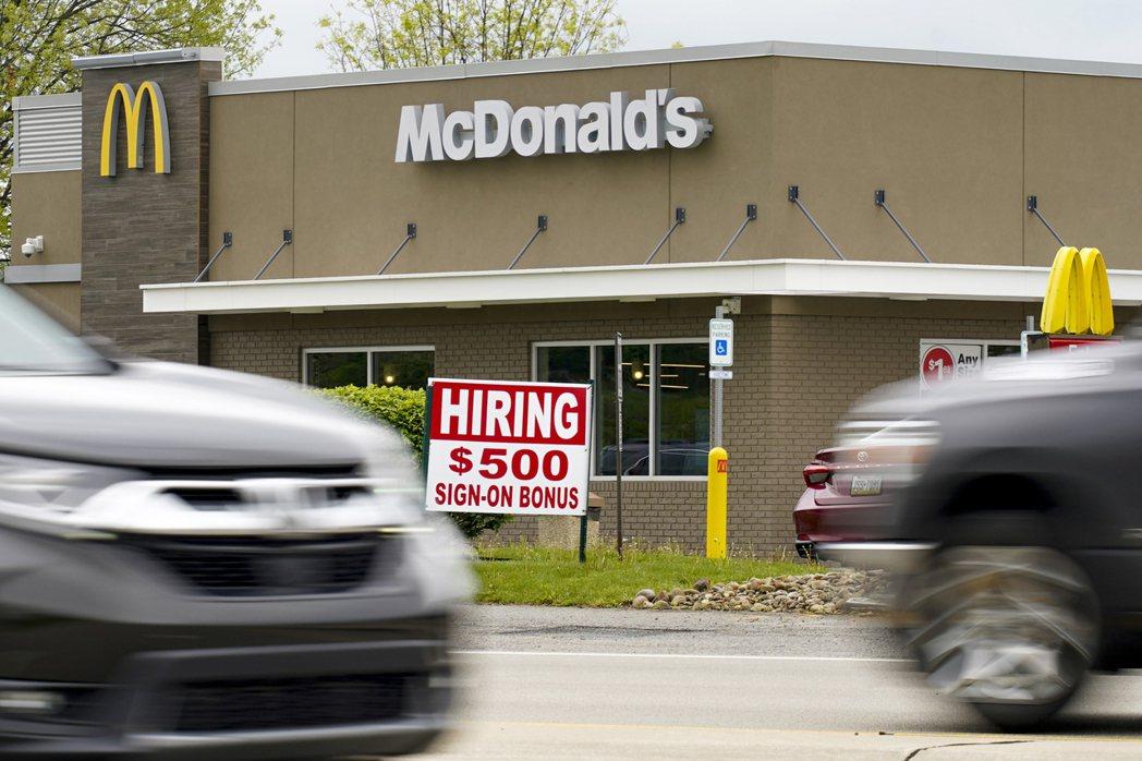 美國有數百萬人失業,但缺工仍嚴重,原因包括學校還沒全面開放,家長沒地方托兒就無法...