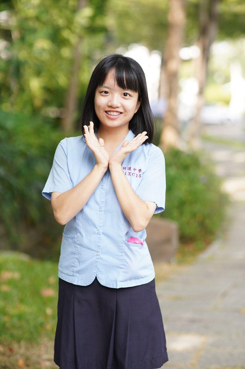 國立台灣大學放榜,台中市明道中學錄取40人次(1人同時錄取兩系以上),其中學測滿級分的張昱萱,以繁星推薦錄取第一志願台灣大學醫學系。圖/明道中學提供