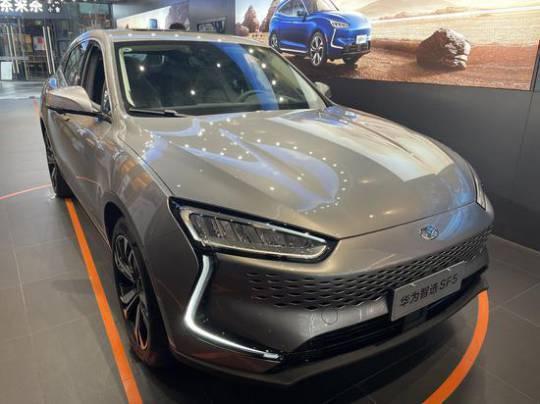 華為與賽力斯攜手合作開發的訂製車款依然會在5月分批量交付。(圖/取自廣州日報)