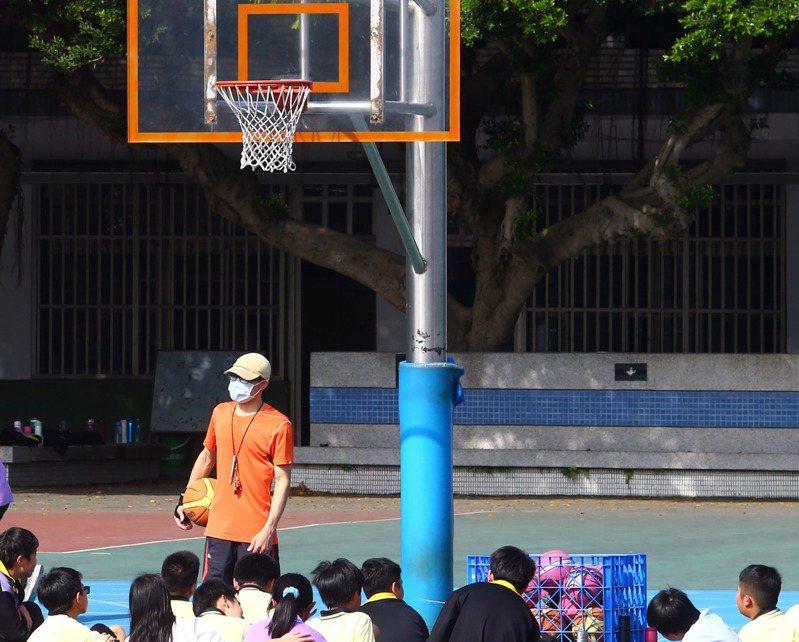 台北市教育局今年國中教師聯合甄選,體育科雙語缺33人,僅7人報名、6人繳費。圖為體育課示意圖。圖/聯合報系資料照片