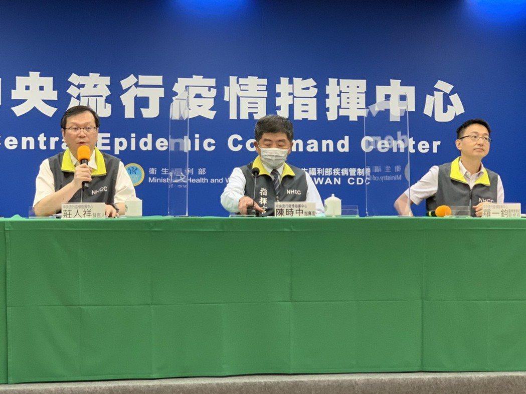 中央流行疫情指揮中心今召開臨時記者會說明最新病毒定序結果。發言人莊人祥(左起)、...