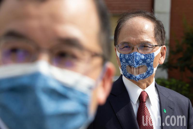 立法院長游錫堃(右)配戴透明口罩,與隨行人員配戴的一般口罩,可以明顯見到差異。記者季相儒/攝影
