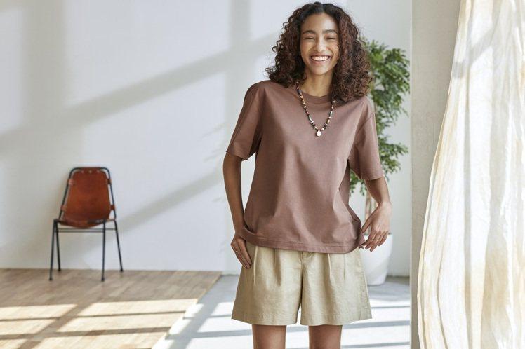 UNIQLO女裝AIRism棉質寬版圓領T恤590元。圖/UNIQLO提供