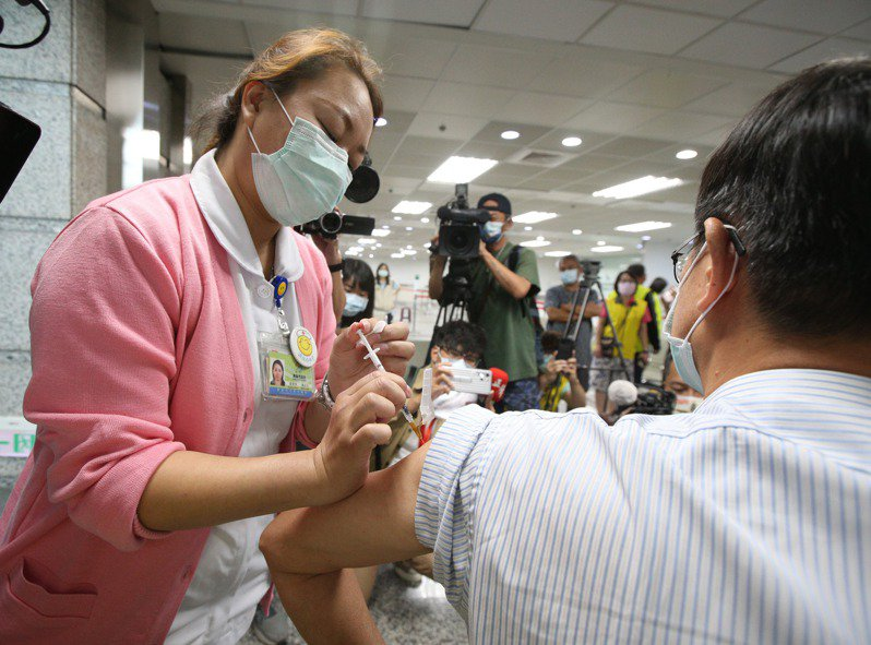 美國總統拜登倡議暫時豁免疫苗專利,跨國大藥廠、研發新藥聯盟表達反對立場。圖為新冠疫苗接種情形。聯合報系資料照