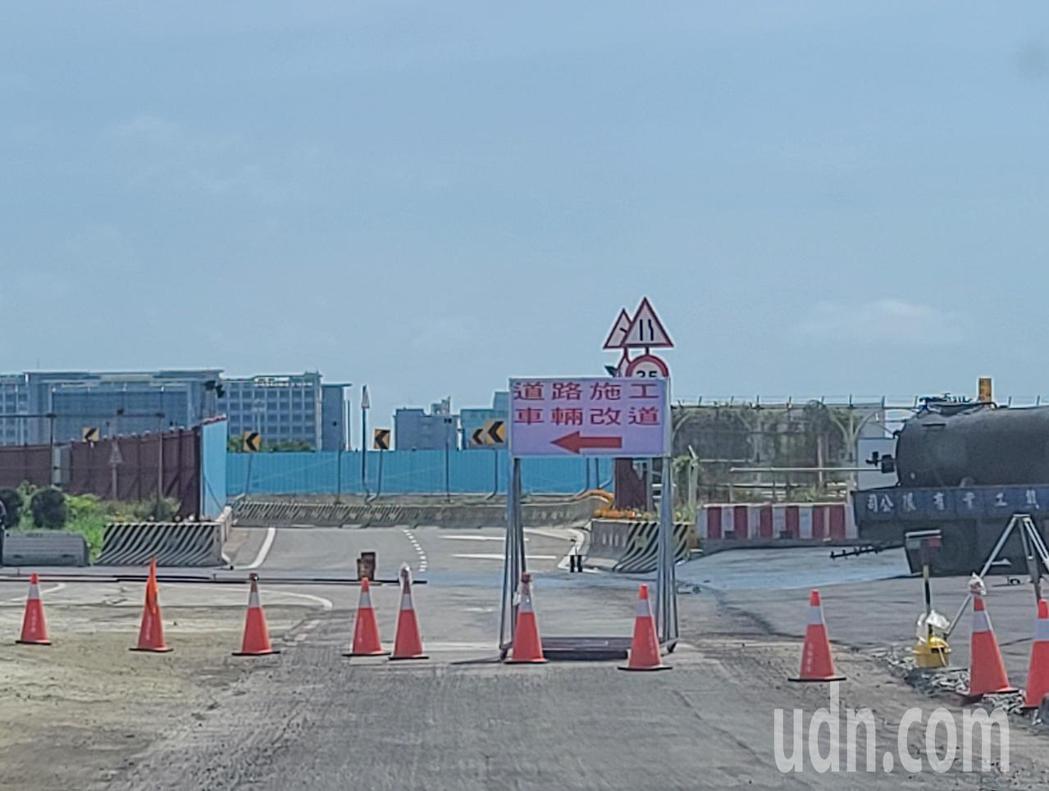 為因應第三航廈土建工程動工,桃園機場道路動線五月將進行調整,桃機請駕駛人依照標示...
