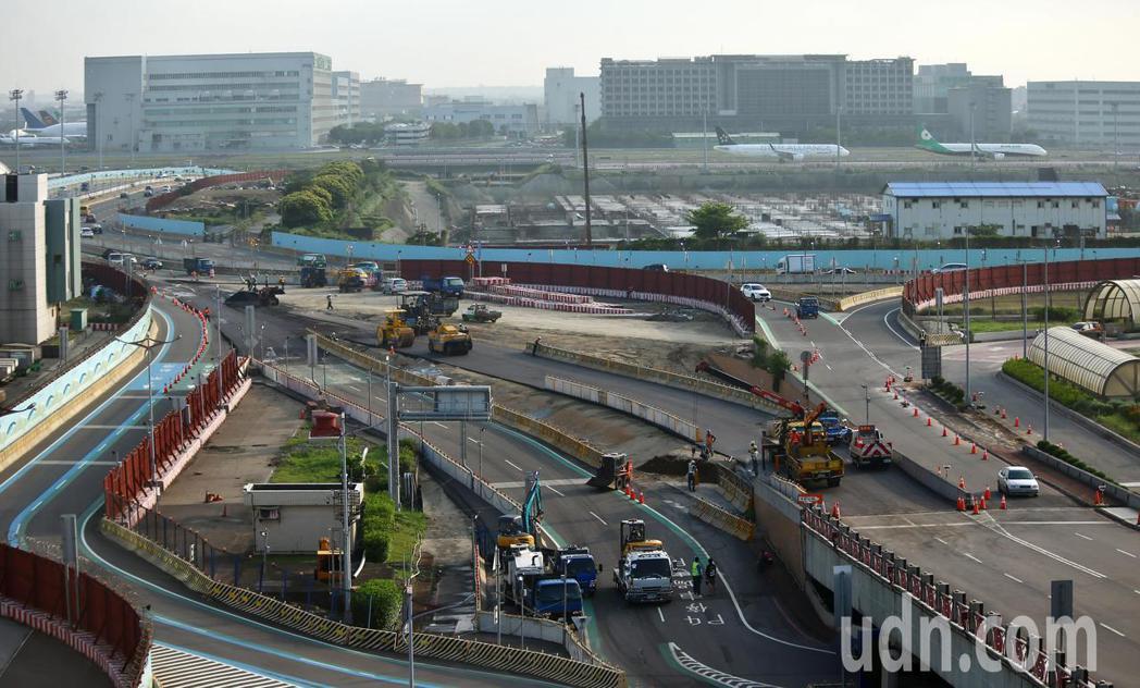 為因應第三航廈土建工程動工,桃園機場道路動線五月將進行調整,工程人員正忙著鋪設新...