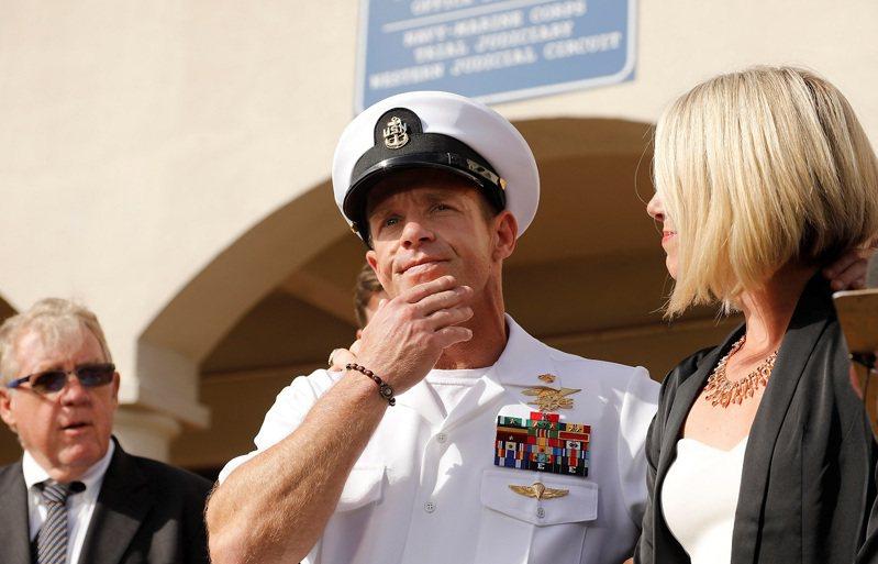 美國海軍海豹特戰部隊前士官長蓋拉格,攝於2019年。蓋拉格被控犯下戰爭罪,全案因關鍵證人當庭翻供認罪,加上前總統川普介入,讓他得以清白之身平安退伍。路透