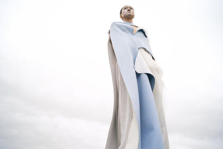 陳劭彥以大小堆疊的山形延伸出服裝輪廓,山人一體。圖 / 團團創新社提供。
