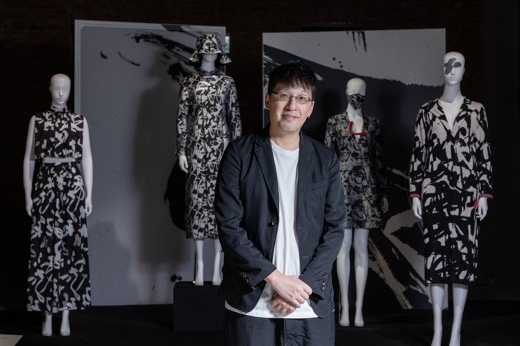 時裝設計師詹朴這回第三度參加「讀衣」計畫,創作力十足一口氣帶來七套創作並開發多組...