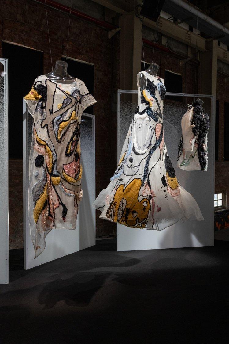 蔡宜芬藉由珠工、刺繡材質堆疊,創造出由筆觸構建出的空間,同時有別過往黑白灰的調性...