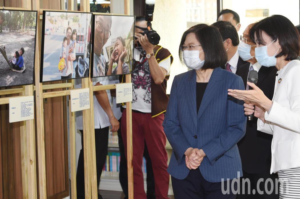 蔡英文總統(左)參訪「台灣國家婦女館」。圖/台北市攝影記者聯誼會