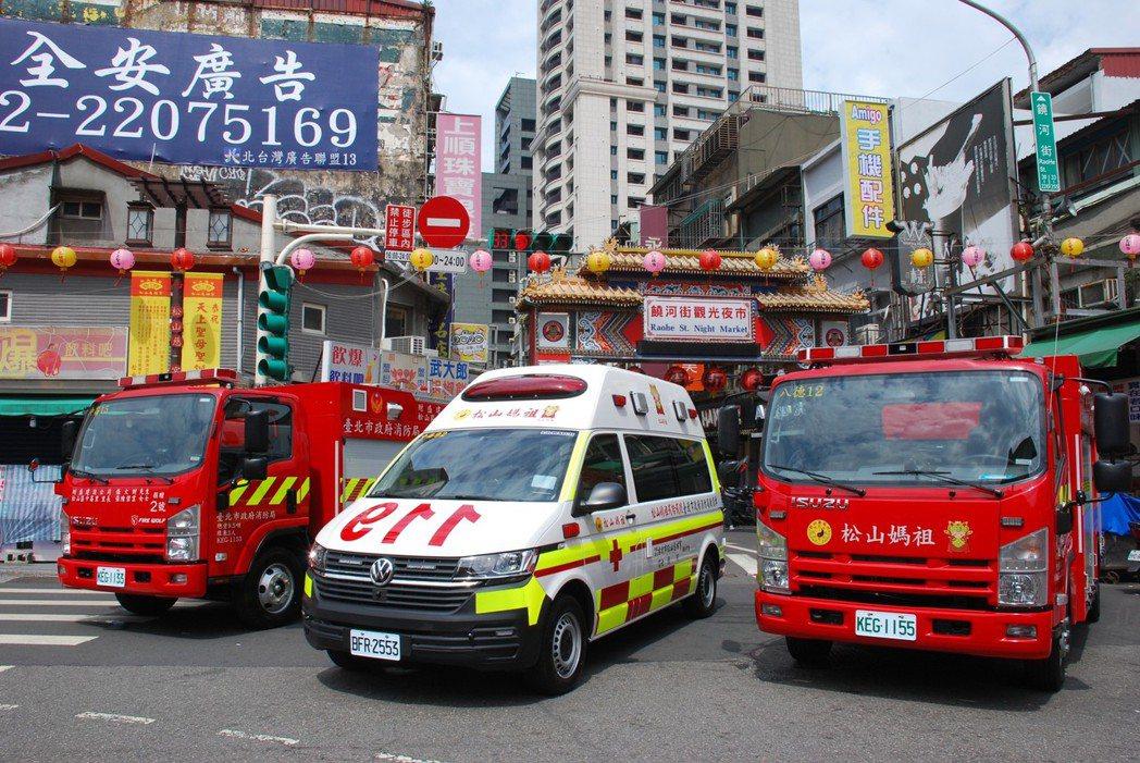 台北市消防局本月獲松山慈祐宮捐贈1台高頂救護車、2輛小型水箱消防車、13組末端二...