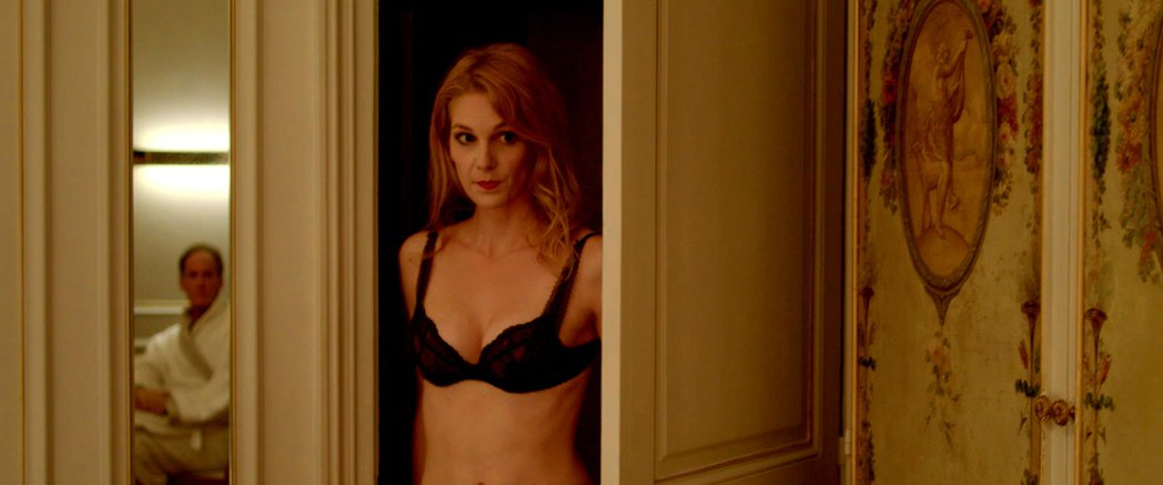電影《巴黎應召日記》海報,女主角身穿性感內衣,門後的秘密引發觀眾期待。佳映提供