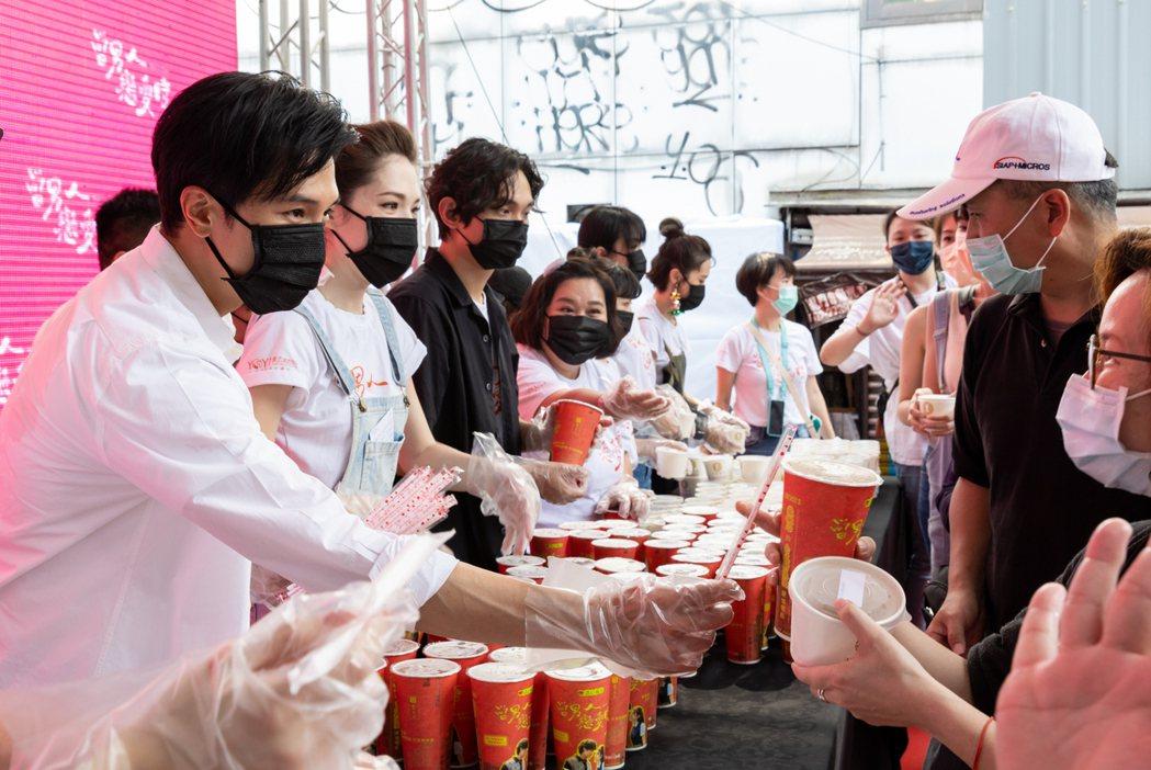邱澤(左一)、許瑋甯(左二)在「當男人戀愛時」謝票記者會上,為粉絲發送粉蒸肉、飲...
