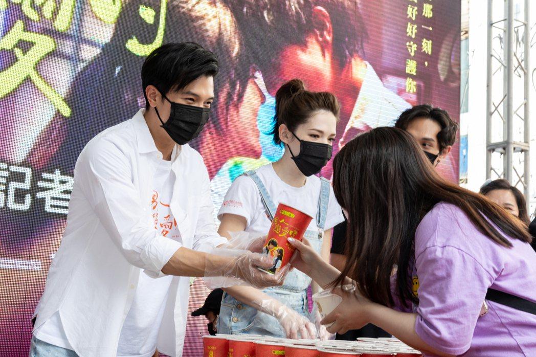 邱澤(左)、許瑋甯(中)在「當男人戀愛時」謝票記者會上,為粉絲發送粉蒸肉、飲料。...
