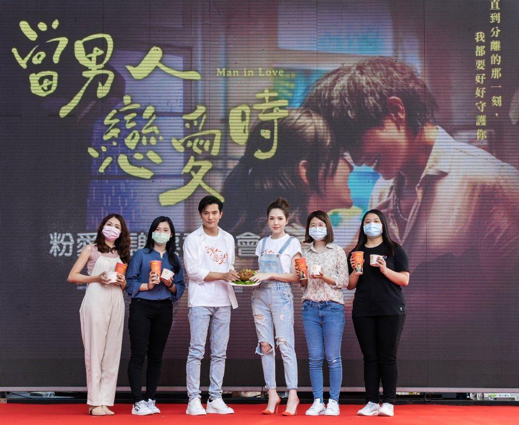 邱澤(左三)、許瑋甯(右三)與幸運粉絲互動。圖/金盞花大影業提供
