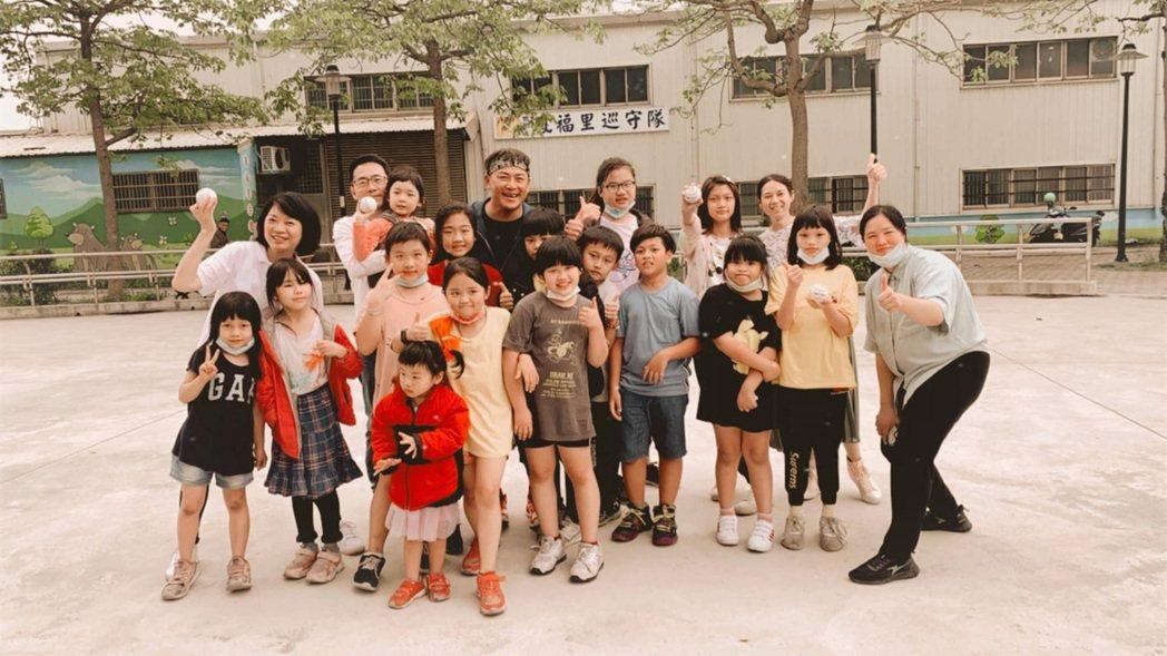 江宏恩(中)當志工陪小孩讀書。圖/艾迪昇提供