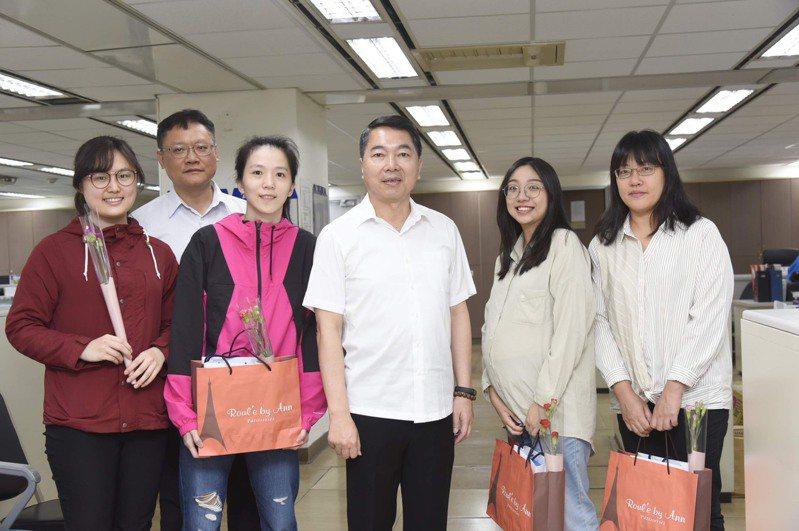 適逢週末母親節,南港警分局長謝宗宏今至分局各單位,致贈康乃馨以及甜品。記者翁至成/翻攝