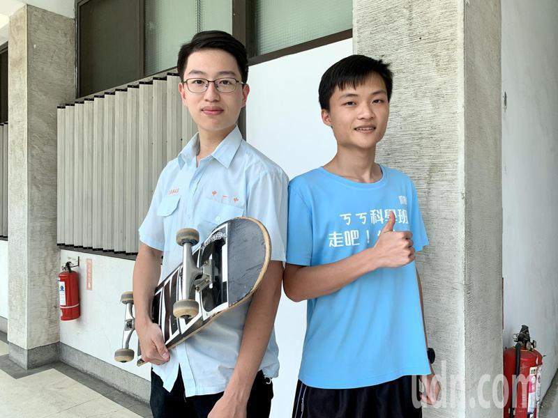 台灣大學申請入學昨天放榜,中一中學生吳建沂(左起)、陳為勳分別是醫學系和牙醫系榜首,兩人都熱愛滑板運動。記者喻文玟/攝影