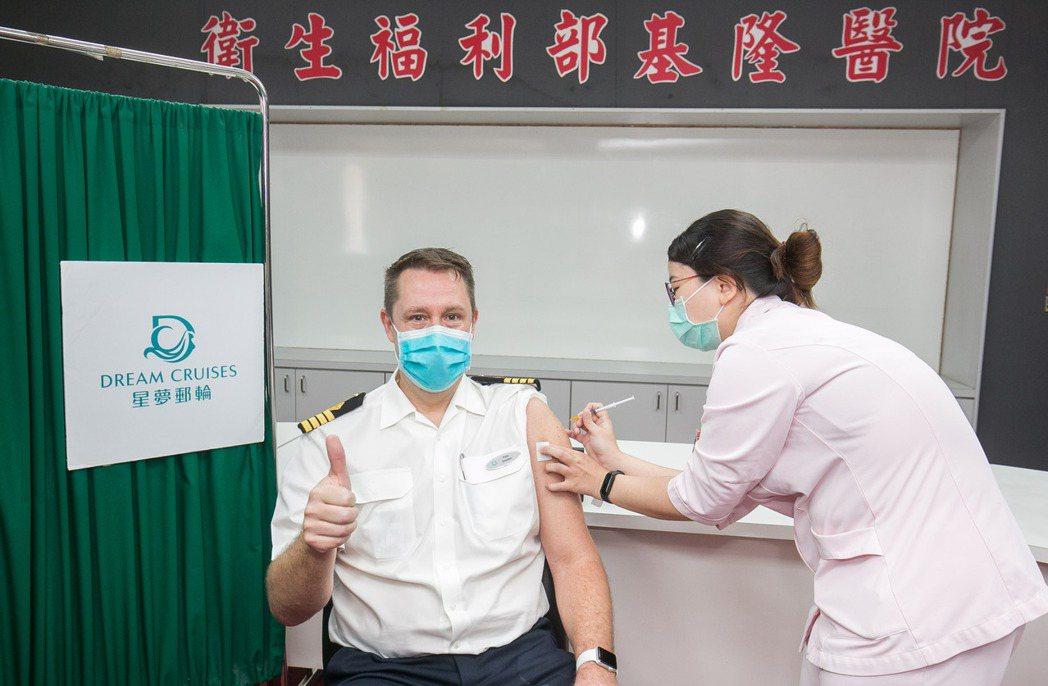 星夢郵輪「探索夢號」超過700名船員接受新冠疫苗接種,以實際行動支持防疫。圖為星...