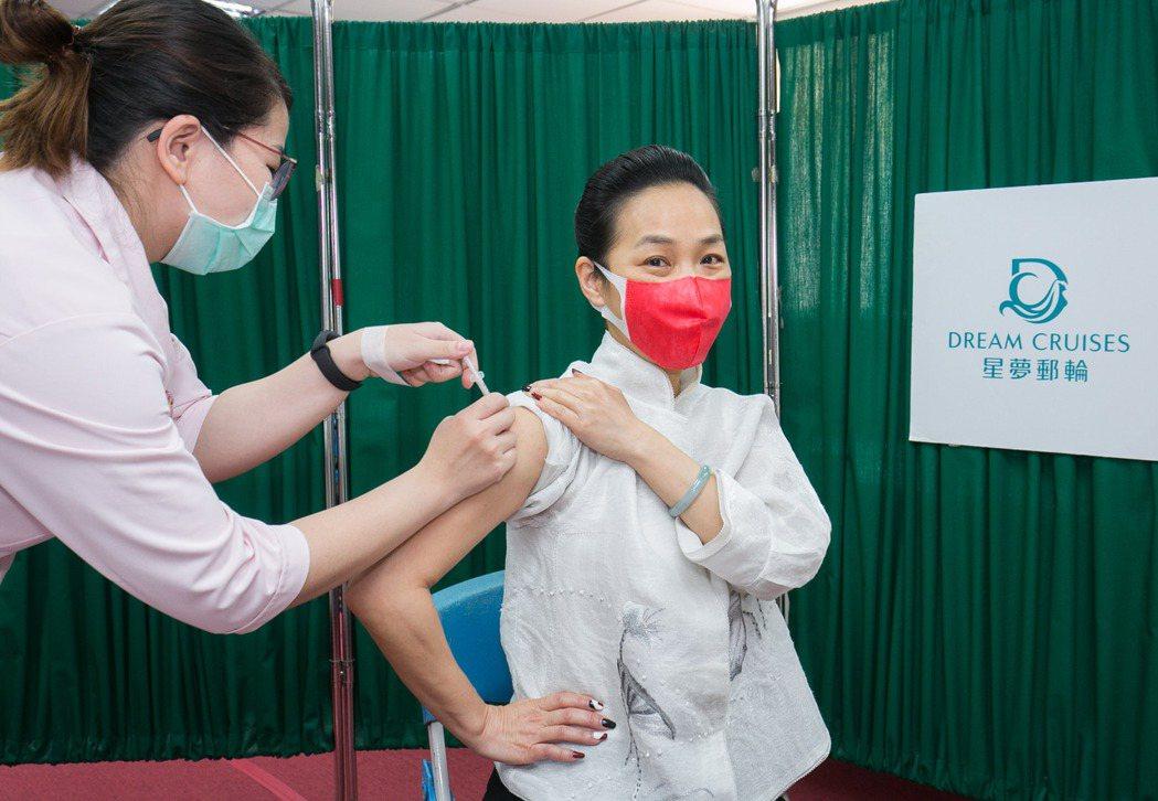 星夢郵輪為台灣分公司同仁安排接受新冠疫苗接種。圖為雲頂郵輪集團台灣區業務部副總裁...
