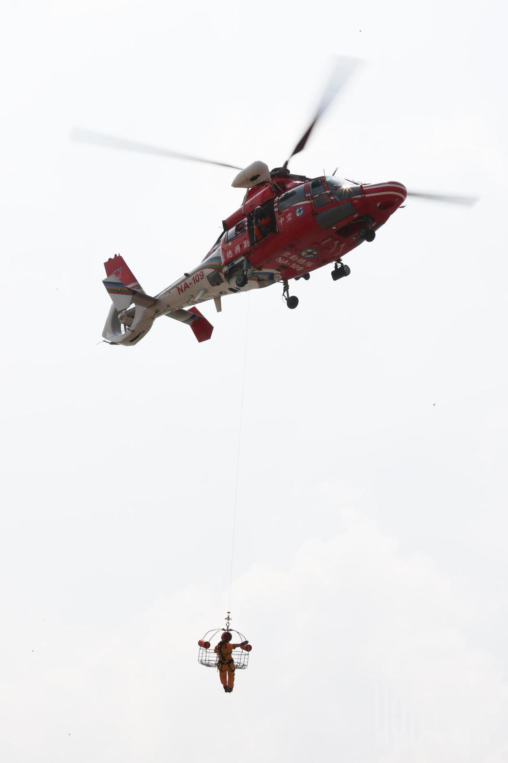 基隆市府在台船辦理災害防救演習,模擬各項災害情境,內政部空中勤務總隊到場支援。記...