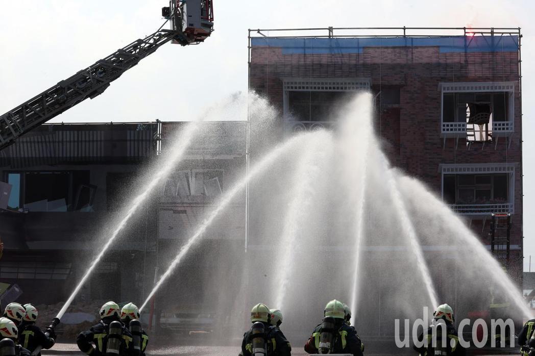 基隆市府在台船辦理災害防救演習,模擬人員火災受困情境,救災人員進行搶救步驟。記者...