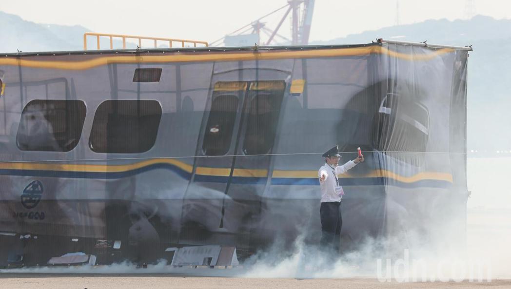 基隆市府在台船辦理災害防救演習,模擬各項災害情境,與近來重大事故同步,模擬電聯車...