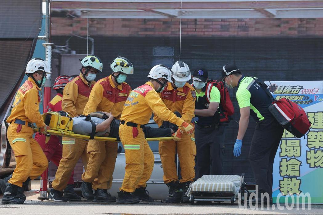 基隆市府在台船辦理災害防救演習,模擬大型地震災害情境,救災人員進行搶救步驟。記者...