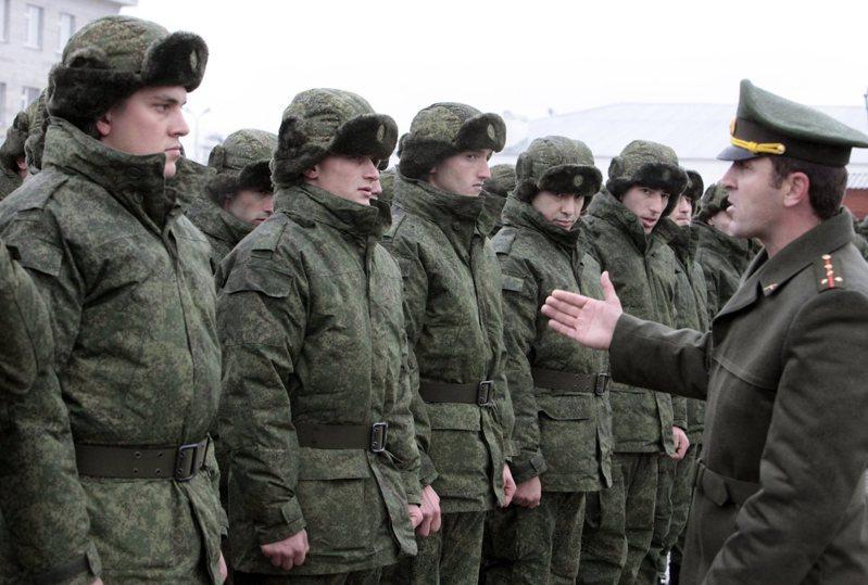 俄國反對派和維權人士表示,徵兵制近年變成當局對付異議人士的武器。圖為俄國役男2014年在車臣首府格洛尼茲兵役所前待命。 美聯社